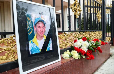 Жители Москвы несут цветы к посольству Казахстана в память о погибшем фигуристе Денисе Тене.