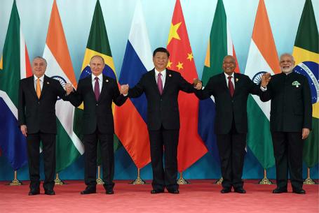 Президент Бразилии Мишел Темер, президент РФ Владимир Путин, председатель КНР Си Цзиньпин, президент Южно-Африканской Республики (ЮАР) Джейкоб Зума и премьер-министр Республики Индии Нарендра Моди (слева направо) во время церемонии встречи лидеров БРИКС.