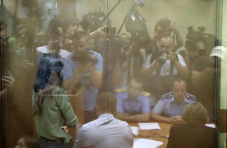 Одна из сестер Хачатурян, обвиняемая в соучастии в убийстве своего отца, во время избрания меры пресечения в Останкинском суде.