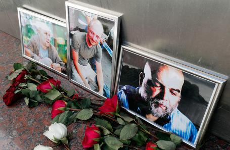 Цветы у Центрального дома журналиста в память об убитых в ЦАР журналистах.