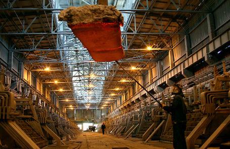 В электролизном цехе Надвоицкого алюминиевого завода.