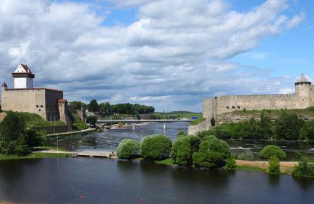 Вид на крепостные стены Нарвы и Ивангорода.