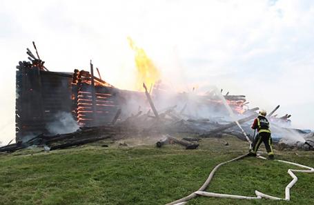 Во время тушения пожара в деревянной Успенской церкви XVIII века в Кондопоге.