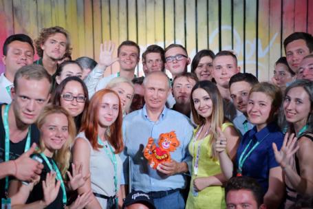 Президент РФ Владимир Путин (в центре) во время посещения Всероссийского молодежного образовательного форума «Таврида»