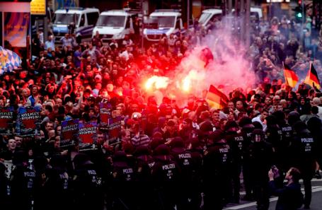 Германия. Хемниц. Во время беспорядков, начавшихся в ходе демонстрации ультраправых, поводом для которой стало убийство 35-летнего гражданина Германии во время драки на городском празднике.