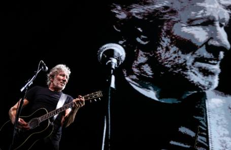 Роджер Уотерс во время концерта в рамках своего турне «Us + Them» в СК «Олимпийский».