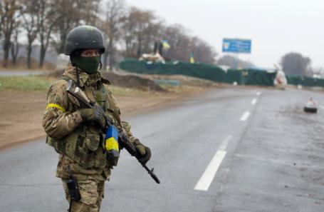 Военнослужащий Национальной гвардии Украины на блокпосту на въезде в Мариуполь. Архив.