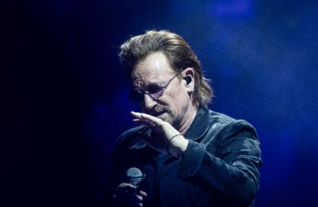 Вокалист рок-группы U2 Боно во время концерта в Берлине.