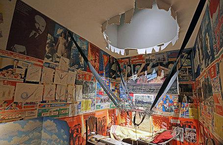 Работа «Комната #3. Человек, улетевший в космос из своей комнаты», представленная в рамках выставки «Илья и Эмилия Кабаковы. В будущее возьмут не всех».