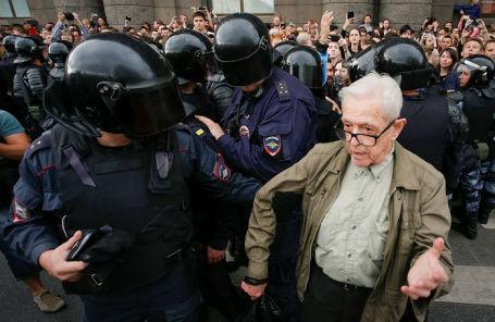 Задержания участников акции против повышения пенсионного возраста в Санкт-Петербурге.