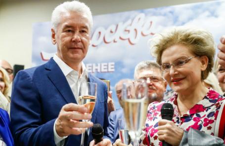 Сергей Собянин и телеведущая Елена Малышева в предвыборном штабе после закрытия избирательных участков.