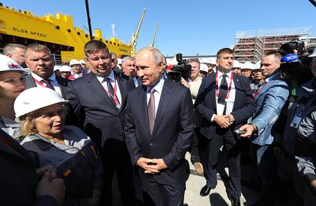 Владимир Путин во время посещения судостроительного комплекса «Звезда».