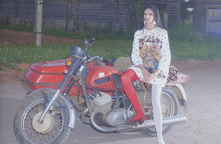 55d789cf498 Высокая мода в архангельской деревне. В соцсетях возмутились новым Vogue