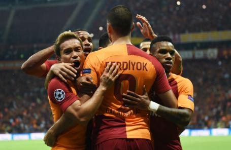 Игроки «Галатасарая» радуются забитому голу в матче группового этапа Лиги чемпионов УЕФА против «Локомотива».