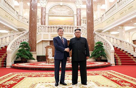Президент Южной Кореи Мун Чжэ Ин и глава КНДР Ким Чен Ын (слева направо).