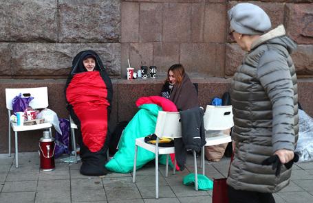 Очередь у магазина re:Store на Тверской улице в ожидании начала продаж смартфонов iPhone. Ноябрь 2017 года.