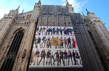 Реклама Versace на кафедральном соборе в Милане.