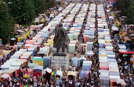 Один из столичных символов 90-х — вещевой рынок, прозванный в народе «Лужей», на территории спорткомплекса «Лужники». 1997 год.