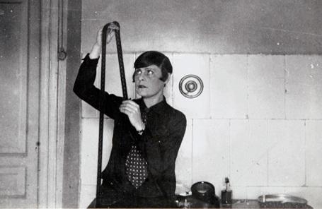 Репродукция с фотографии «Лиля Брик монтирует фильм «Стеклянный глаз» («Фильм о фильме») (1928 г.)
