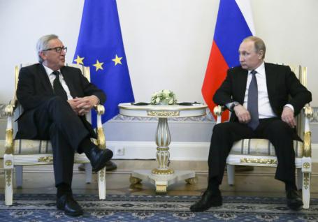 Президент Европейской комиссии Жан-Клод Юнкер и президент РФ Владимир Путин (слева направо).