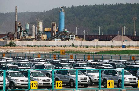Автомобили в зоне таможенного контроля в морском торговом порту Усть-Луга.