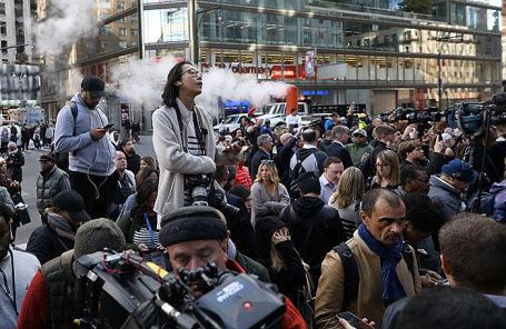 Люди около здания Time Warner Center в Нью-Йорке, где прошла эвакуация людей.