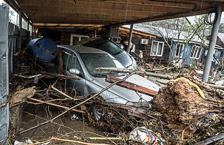 Во дворе частного дома на одной из улиц, подтопленных в результате сильных дождей. Туапсе, Россия.