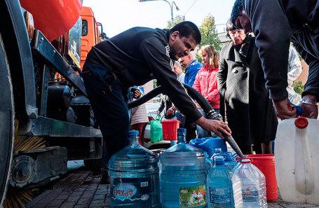 Раздача питьевой воды в Туапсе.