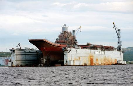 Авианосец «Адмирал Кузнецов» в плавучем доке. Август 2010 года.