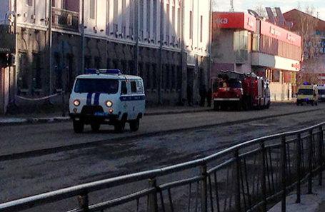 Машина пожарной службы МЧС России у входа в здание управления ФСБ по Архангельской области, где произошел взрыв.