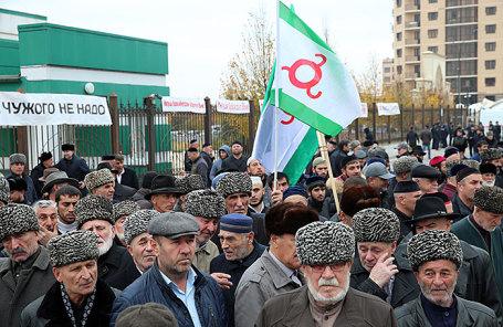 Митинг против соглашения об установлении административной границы Ингушетии с Чечней возобновился в Магасе.