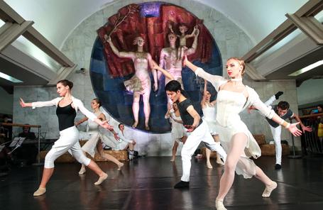 Выступление балетной труппы в московском метро в рамках ежегодной акции «Ночь искусств». Архив.