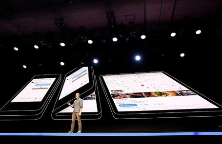 Глава Android UX Глен Мерфи представляет складной дисплей Samsung Infinity Flex на конференции в Калифорнии.