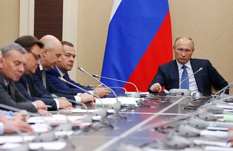 Владимир Путин на совещании с членами правительства России в Ново-Огареве.
