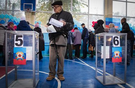 Голосование на одном из избирательных участков в ЛНР.