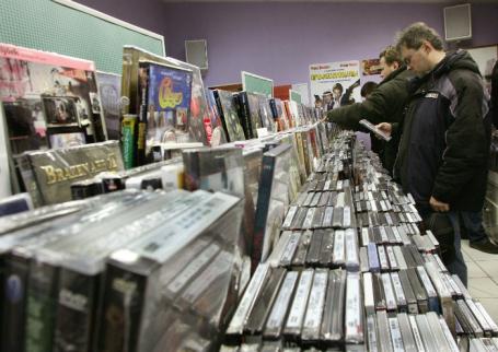 Работа одного из магазинов по продаже компакт-дисков сети «Пурпурный легион».