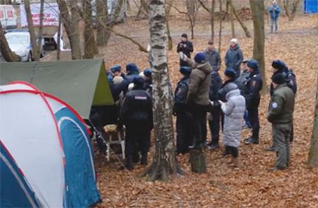 Полиция возле палаточного лагеря протестующих на улице Ивана Франко.