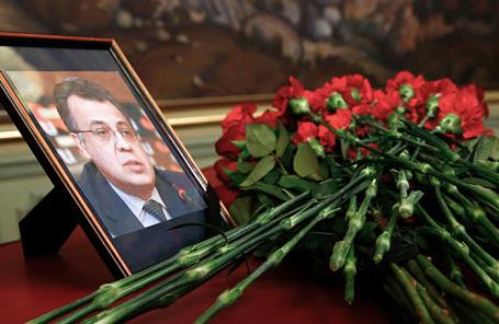 Цветы у портрета убитого 19 декабря 2016 года посла России в Турции Андрея Карлова.