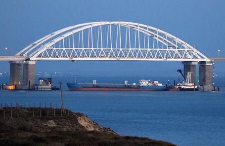 Проход для судов под Крымским мостом, перекрытый для гражданских судов в целях безопасности, после того как три корабля Военно-морских сил Украины нарушили госграницу РФ и вошли в территориальные воды страны.