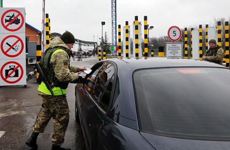 Проверка документов на украинско-российской границе.