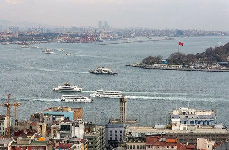 Вид на Стамбул и пролив Босфор с Галатской башни.