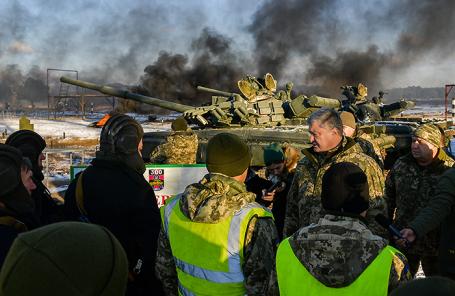 Петр Порошенко во время встречи с военнослужащими сухопутных войск армии Украины в Черниговской области.