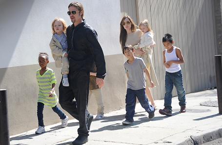 Брэд Питт и Анджелина Джоли с детьми. 2011 год.