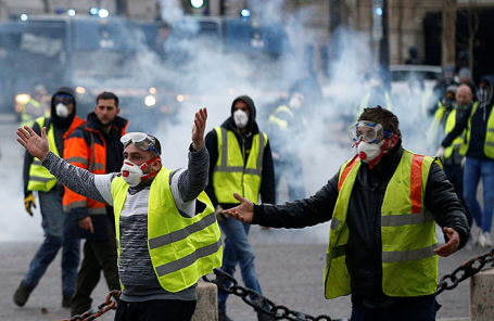 Акция протеста против повышения цен на топливо в Париже.