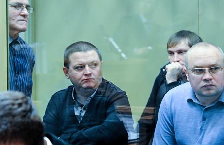 Вячеслав Цеповяз (второй слева). Оглашение приговора «банде Цапка» в Краснодаре. Ноябрь 2013 года.