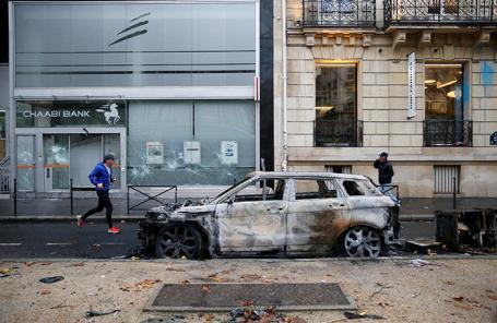 Последствия акций протеста против повышения цен на топливо. Париж, Франция.