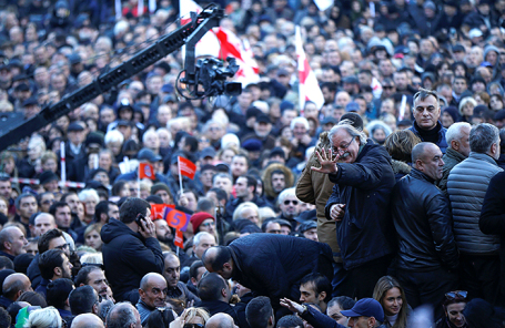 Оппозиционный кандидат в президенты Грузии Григол Вашадзе приветствует своих сторонников на митинге возле здания парламента в Тбилиси.