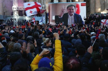 Видеообращение экс-президента Грузии Михаила Саакашвили во время митинга в Тбилиси.