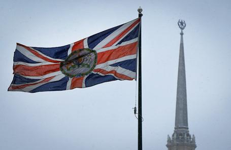 Британский флаг над посольством в Москве.