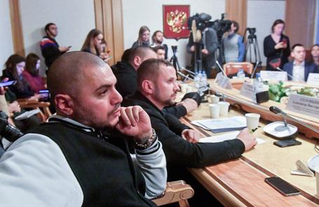 Рэпер Птаха (Давид Нуриев) и представитель организации «Независимая молодежь» Александр Солонкин (справа).